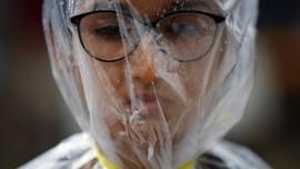 Para Pemberontak 'Penyerang' Kantong Plastik