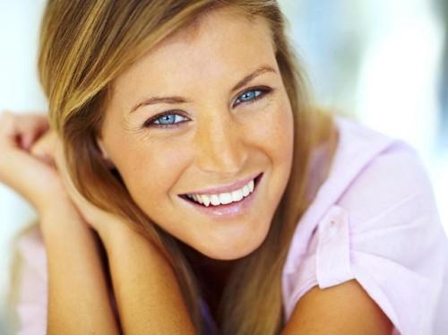 9 Cara Mudah Memutihkan Gigi yang Bisa Dicoba Sendiri di Rumah