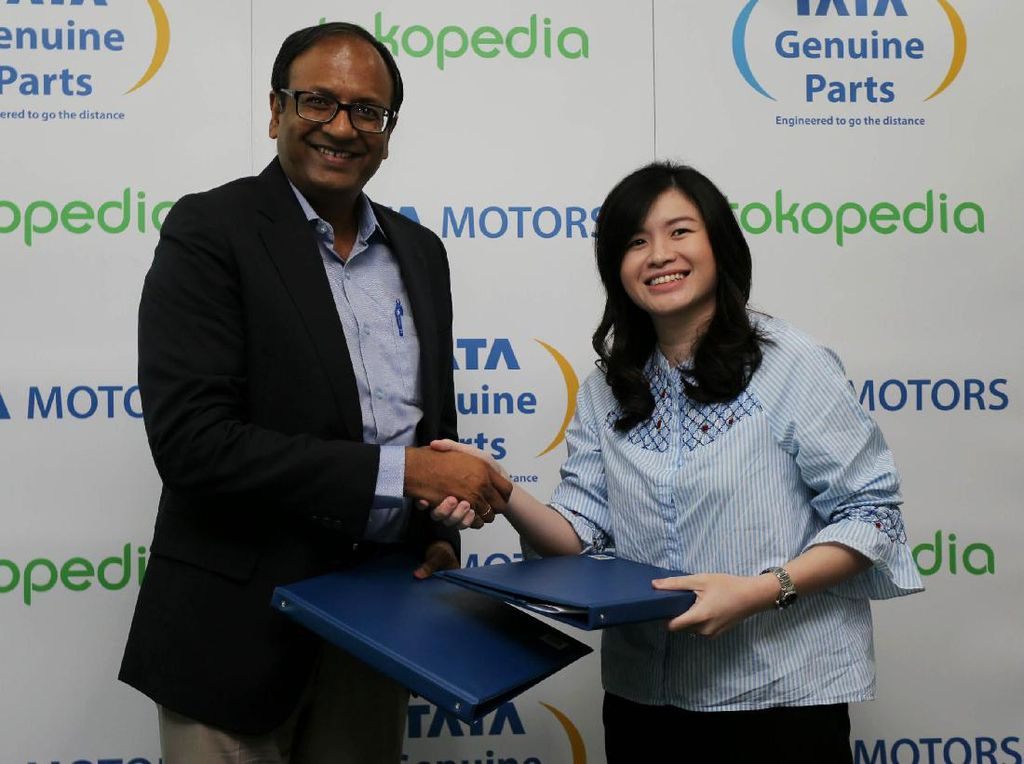 Presiden Direktur PT Tata Motors Distribusi Indonesia Biswadev Sengupta bersama Kepala Staf Tokopedia, Melissa Siska Juminto saat menandatangani Mou kerjasama penualan suku cadang di Jakarta, Selasa (25/4/2017).