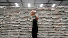 Bulog Bagikan 6.000 Ton Beras pada Warga Miskin di Kalbar