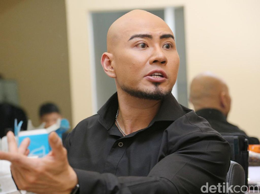 Deddy Corbuzier Bantu Sabrina Angkat Beban: 'Kok Nggak Dari Belakang?'