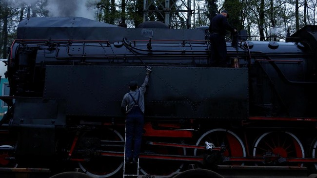 Meski sudah dibangun sejak seratus tahun lalu, stasiun dan fasilitas di sekitarnya masih berfungsi hingga saat ini. Seorang pekerja tampak membersihkan badan kereta uap. (REUTERS/Kacper Pempel)