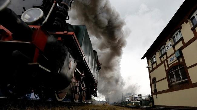 Memperingati akan moda trasportasi masa silam, setiap tahun sebuah perayaan bernama Steam Engine Parade berlangsung di Wolsztyn Polandia. (REUTERS/Kacper Pempel)