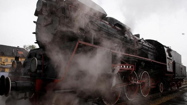 Gumpalan uap dan asap tampak memenuhi udara di stasiun Wolsztyn, yang dianggap sebagai salah satu stasiun kereta api yang mencolok di Eropa, dan mungkin juga dunia pada 29 April. (REUTERS/Kacper Pempel)