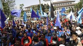 Buruh Geruduk Gedung Sate Bandung
