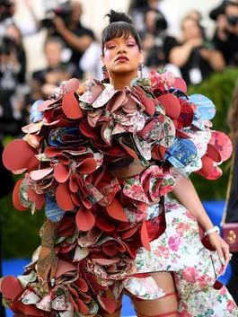 Rihanna Kembali Tampil Heboh di Karpet Merah Met Gala 2017