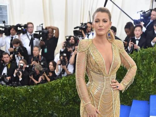 J-Lo dan Blake Lively Pakai Kuteks Emas 24 Karat, Seperti Apa?