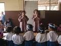 Dedikasi Guru Kembar untuk Sekolah Darurat
