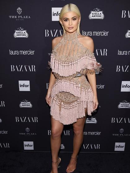 Kylie Jenner Absen dari Kartu Natal Kardashian, Sembunyikan Kehamilan?