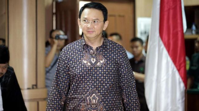 Dalam sidang 27 Desember 2016, Ahok menggunakan batik motif teruntum berwarna gelap. Truntum berasal dari kata dalam bahasa Jawa, teruntum-tuntum yang artinya tumbuh lagi. Motif truntum menggambarkan bunga tampak depan dan menggunakan warna hitam sebagai dasar. (AFP PHOTO/POOL/ Bagus INDAHON)