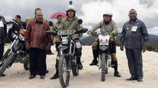 Naik Motor Trail, Jokowi Jajal Jalan Trans Papua