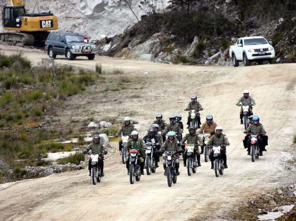 Jokowi dan rombongan naik motor trail menyusuri jalan di Pegunungan Trikora. Foto: dok. PUPR