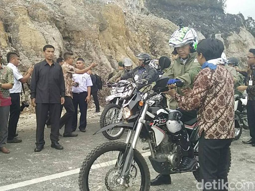 Jokowi pertama-tama melakukan persiapan lebih dulu sebelum beraksi naik motor trail. Dia memakai jaket, pelindung lutut, pelindung siku, dan tentu memakai helm. Foto: Bagus Prihantoro Nugroho/detikcom