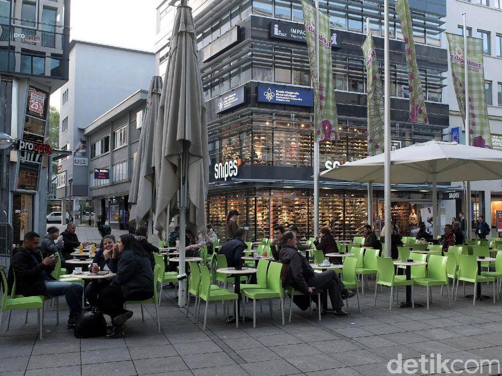 Menikmati teh di sore hari Konigstrasse.