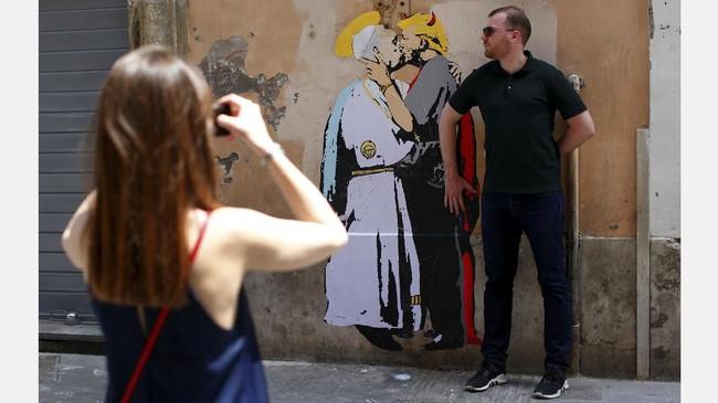 Mural yang menggambarkan Paus biasanya akan langsung dihapus oleh tim khusus bernama The Decorum Squad. (REUTERS/Tony Gentile)