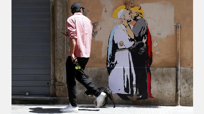 Sebuah mural berukuran manusia menggambarkan Paus Francis tengah berciuman dengan Presiden Donald Trump mengisi dinding sebuah bangunan dekat Vatican, dua pekan sebelum keduanya bertemupada 24 Mei mendatang. (REUTERS/Tony Gentile)