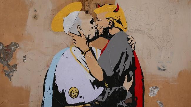 Mural tersebut berada di sebuah gedung di jalan 'Way of the Bank of Holy Spirit' seberang Sungai Tiber dari Vatican. (REUTERS/Tony Gentile)