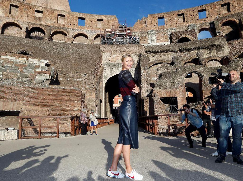 Kunjungan Sharapova ke Colosseum merupakan bagian dari rangkaian kegiatan WTA. Di sana petenis asal Rusia itu melakukan sesi pemotretan. (Foto: REUTERS/Stefano Rellandini)