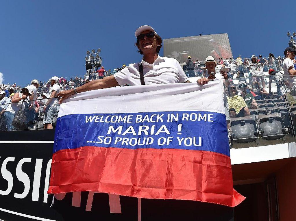 Meski comeback-nya ke dunia tenis memicu kontroversi, Sharapova jelas sudah sangat dinantikan pendukung setianya(Foto: Giuseppe Bellini/Getty Images)