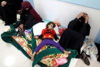 Tercatat sejak 27 April 2017, sudah ada 180 orang meninggal dan lebih dari 11.000 yang terinfeksi kolera. Tampak pada foto, seorang anak yang dirawat di lantai karena tak kebagian tempat tidur. (Foto: REUTERS/Abduljabbar Zeyad)