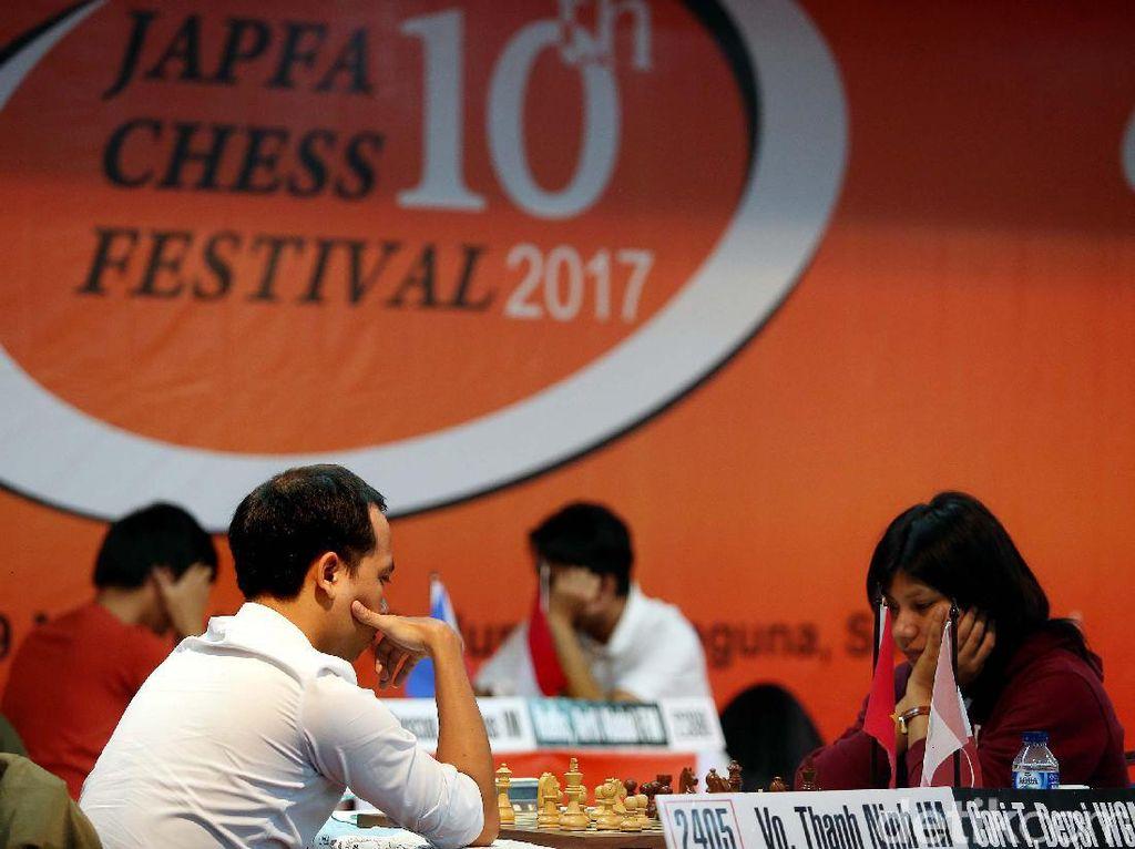 Juara Kontinental Amerika asal Peru, WGM Deysi Estela Cori Tello tampak serius saat bertanding di Japfa Chess Festival 2017.