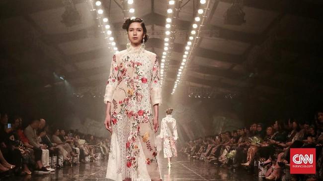 Menandai kiprahnya yang sudah 35 tahun di dunia mode, desainer Biyan Wanaatmadja menggelar peragaan busana koleksi terbarunya bertajuk Spring/Summer 2018 'Elsewhere', diThe Dharmawangsa Hotel, Jakarta, pada Senin (15/5). (CNN Indonesia/Andry Novelino)