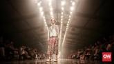 Tak hanya itu, Biyan juga menyodorkan rok penuh motif dan embellishment hingga tak bisa dipungkiri mencolok mata saat berjalan di tengah runway. Padupadannya dengan atasan yang 'maskulin' menjadi sodoran baru yang ditawarkan Biyan kali ini. (CNN Indonesia/Andry Novelino)