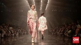 Menghadirkan sekitar 120 busana, koleksi ini sekilas akan mengingatkan akan sejumlah rancangan Biyan sebelumnya yang didominasi gaun longgar yang feminin dan elegan. Hanya saja, kali ini ia mendekonstruksinya menjadi lebih 'riuh'. (CNN Indonesia/Andry Novelino)