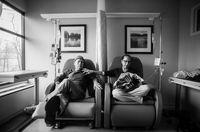 Howie dan Laurel menjalani sesi kemoterapi mingguannya bersama-sama. Kala itu, kata Howie, tak ada yang lebih baik ketika seseorang memiliki pasangan untuk berbagi di saat suka dan duka. (Foto: Nancy Borowick/CNN).