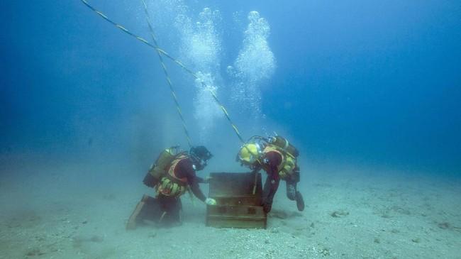 Wine kini tak lagi disimpan dalam lemari penyimpanan kayu di bawah tanah. Kini wine juga bisa disimpan di bawah laut. Penyimpanan wine di bawah laut ini dilakukan di laut Mediterania. (AFP PHOTO / Boris HORVAT)