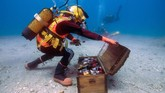 Wine ini dimatangkan di bawah laut bagian selatan Perancis selama setahun sebelum akhirnya bisa dinikmati. Wine ini disimpan dalam rak khusus di dasar laut. (AFP PHOTO / Boris HORVAT)