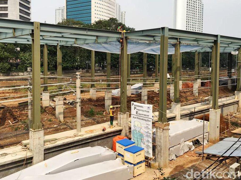 Sementara itu di dalam proyek Stasiun Sudirman Baru, para pekerja terus menyelesaikan peron, atap, serta dinding stasiun. Alat berat dan molen pengaduk semen terlihat tak jauh dari Stasiun Karet.