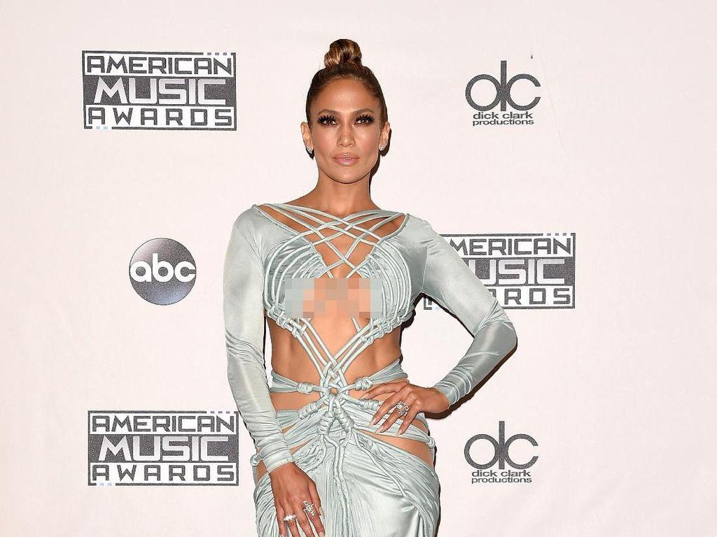 Foto: Berbagai Gaya Seksi Jennifer Lopez dengan Gaun Menerawang