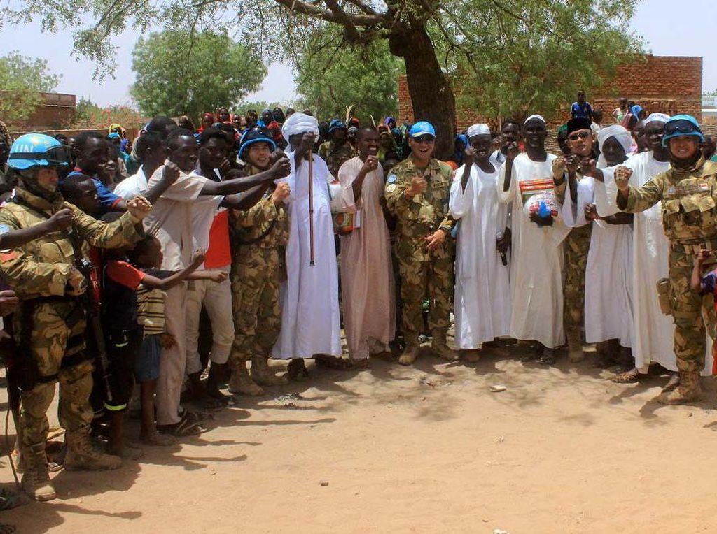 Kali ini, kegiatan dalam bentuk sosial yang dilaksanakan oleh Pasukan Garuda Yonkomposit Konga XXXV-C/Unamid pada beberapa waktu lalu, terfokus di perkampungan padat penduduk, yaitu daerah Al-Wahdah, Al-Riyadh, Dafur-Sudan, Afrika Tengah. Pool/dok. Konga.