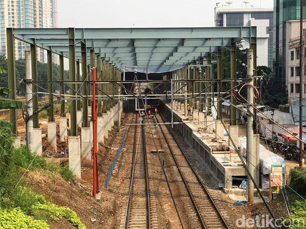 Nantinya akan dibangun jalan akses bagi pejalan kaki dari Stasiun Sudirman ke Stasiun Sudirman baru melewati kolong jembatan Jalan Sudirman.
