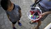 Ada juga yang mengatakan spinner diciptakan untuk mencegah anak-anak Palestina melemparka batu ke arah tentara Israel. (REUTERS/Amir Cohen)