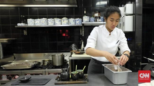 Renatta Moeloek dan Maxie Millian menghadirkan berbagai kreasi makanan Indonesia seperti rawon, opor ayam, martabe, sate padang, tuna naniura, sampai asinan Bogor. (CNN Indonesia/Christina Andhika Setyanti).