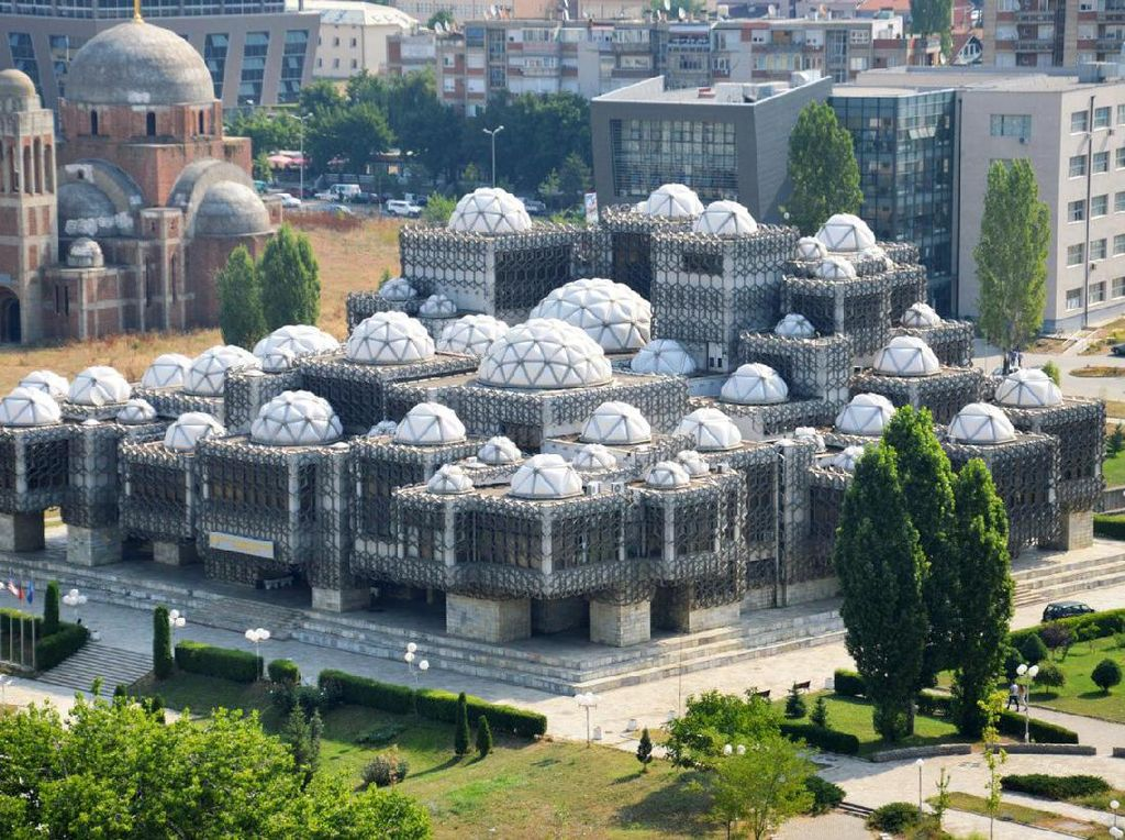 Di Kosovo, terdapat perpustakaan nasional dengan bentuk bangunan yang aneh. Pool/Getty Images.