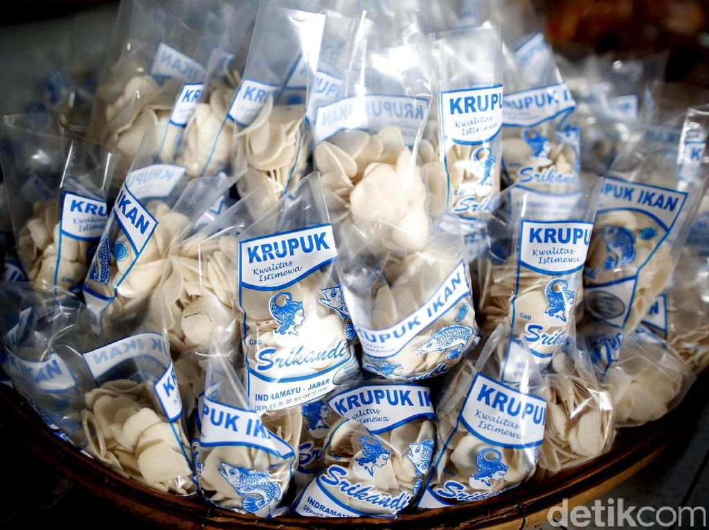 Ini salah satu produk kerupuk udang dalam kemasan yang siap untuk disantap.