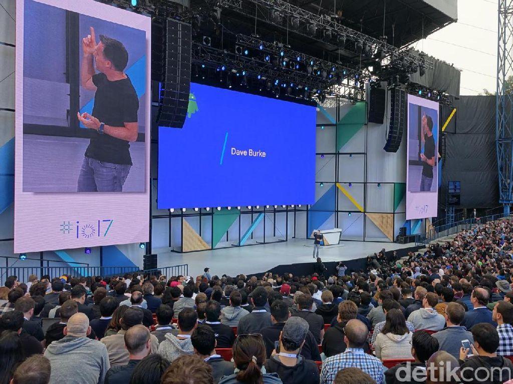 """Vice President Engineering Android Google Dave Burke menguatkan pernyataan Sundar Pichai mengenai keberadaan 2 miliar pengguna aktif Android. """"Bayangkan ada berapa aplikasi yang diinstal. Tahun lalu saja, ada 82 miliar aplikasi yang diinstal di Android,"""" ujarnya. Foto: rns/detikINET"""