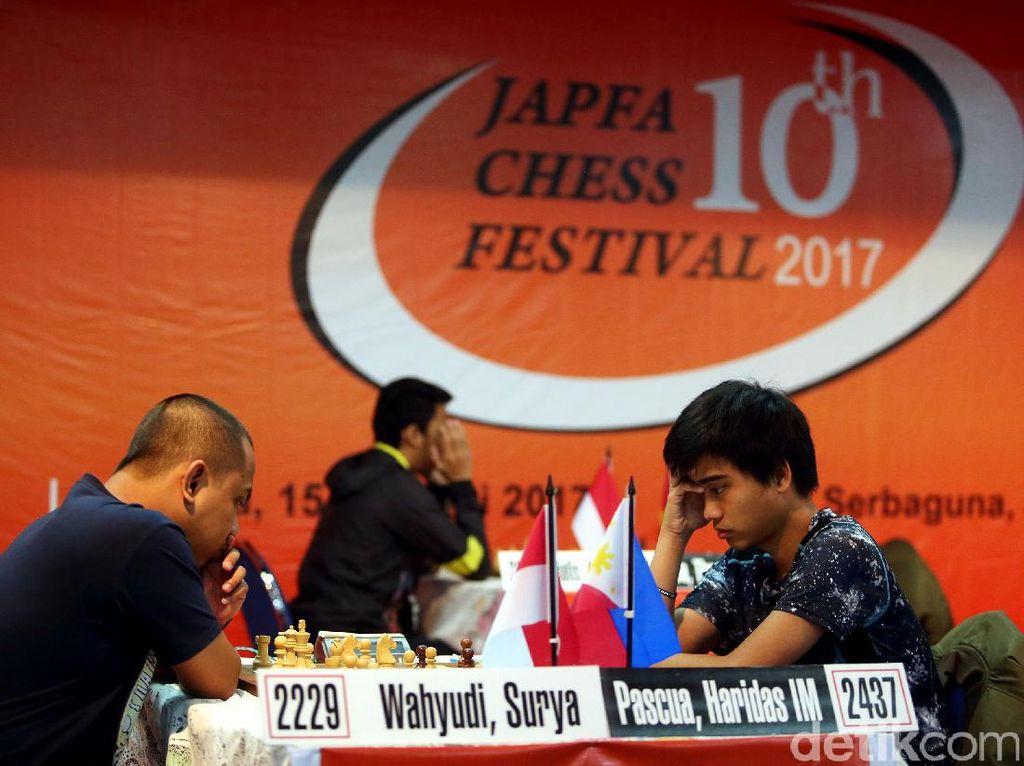 Pascua Haridas (kanan) bertanding melawan Surya Wahyudi (kiri) di turnamen catur master internasional Japfa Chess Festival 2017 yang berlangsung di Gedung Serba Guna, Senayan, Jakarta.