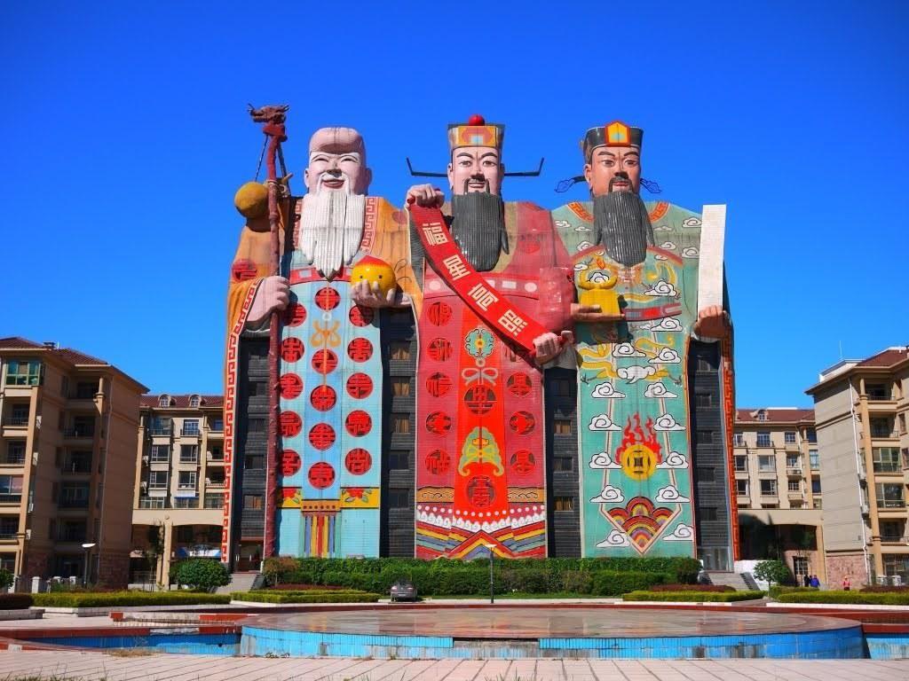 Di provinsi Hebei, China, terdapat sebuah hotel bernama Tianzi. Hotel tersebut merupakan bangunan warna-warni yang menggambarkan Fu, Lu, dan Shou, yang merupakan dewa keberuntungan, kemakmuran dan umur panjang. Pool/Getty Images.