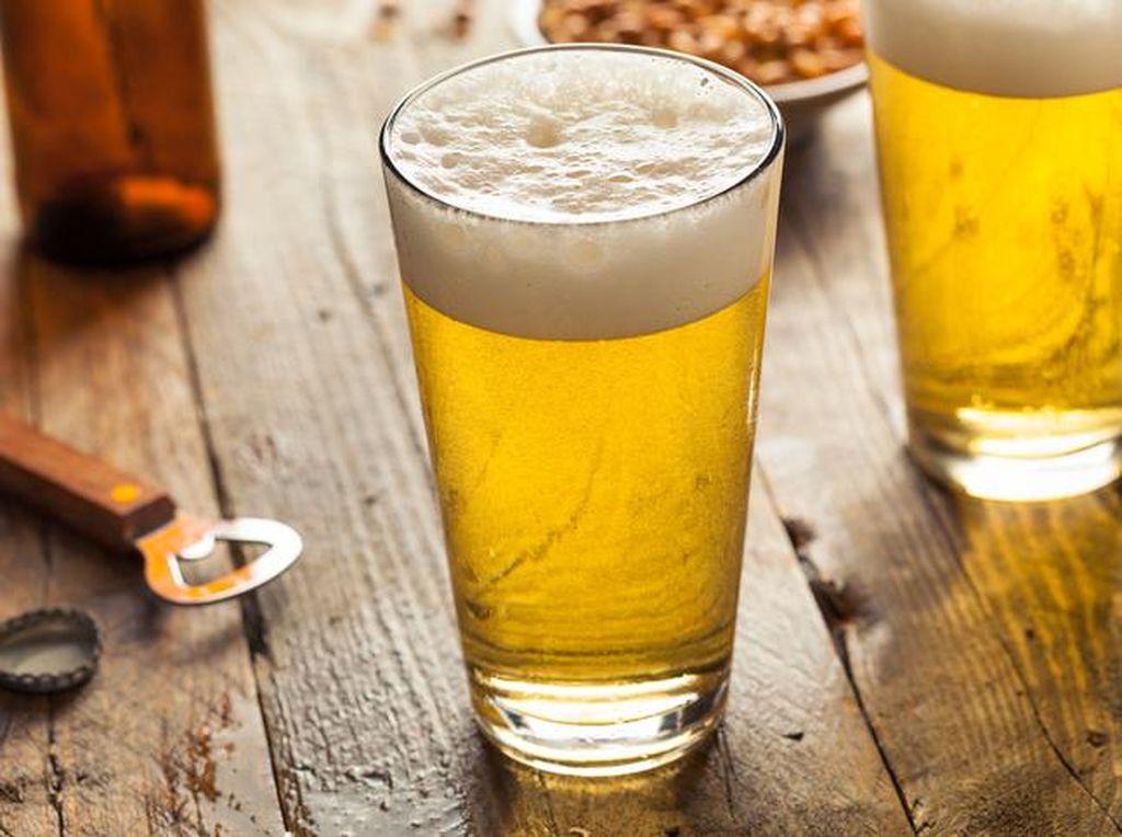 Konsumsi alkohol berlebihan berefek buruk bagi kesehatan. Semakin bertambahnya usia, konsumsi alkohol berlebihan akan memicu berbagai jenis kanker dan masalah kesehatan lain. Foto: iStock