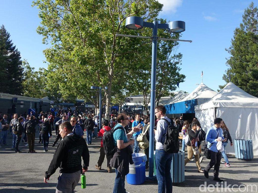 Hari pertama Google I/O 2017 dimulai Rabu (17/5/2017). Shoreline Amphiteatre yang lokasinya tak jauh dari markas Google mulai tampak padat. Foto: rns/detikINET