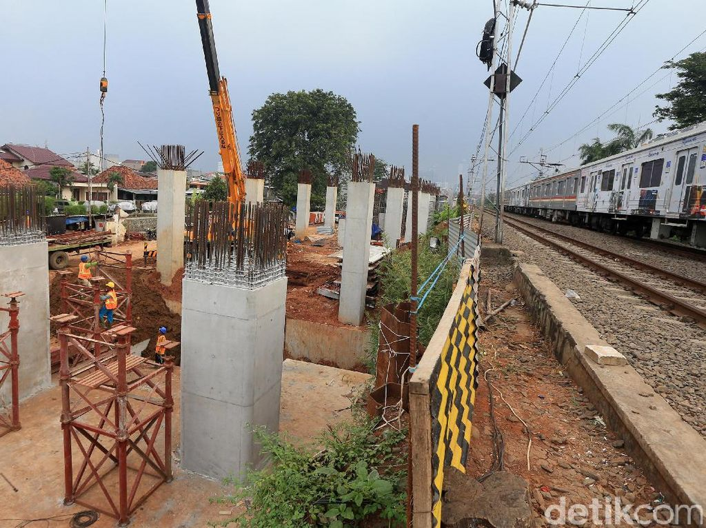 Para pekerja beraktifitas di proyek infrastruktur Double-Double Track (DDT) Manggarai-Cikarang di Paket A Manggarai-Jatinegara, Kamis (18/5/2017).