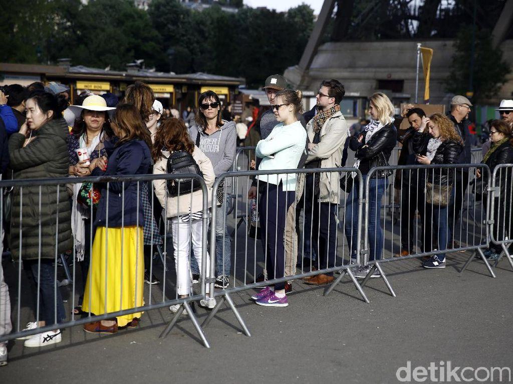 Sejumlah wisatawan antre untuk naik ke Menara Eiffel, Paris, Prancis, Mei 2017.