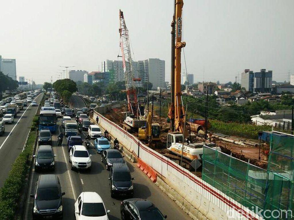 Proyek pembangunan kereta ringan Light Rail Transit (LRT) Jakarta Bogor Depok Bekasi (Jabodebek) dengan kontraktor PT Adhi Karya (Persero) terus menunjukkan perkembangan. Pool/Citra Fitri Mardiana.