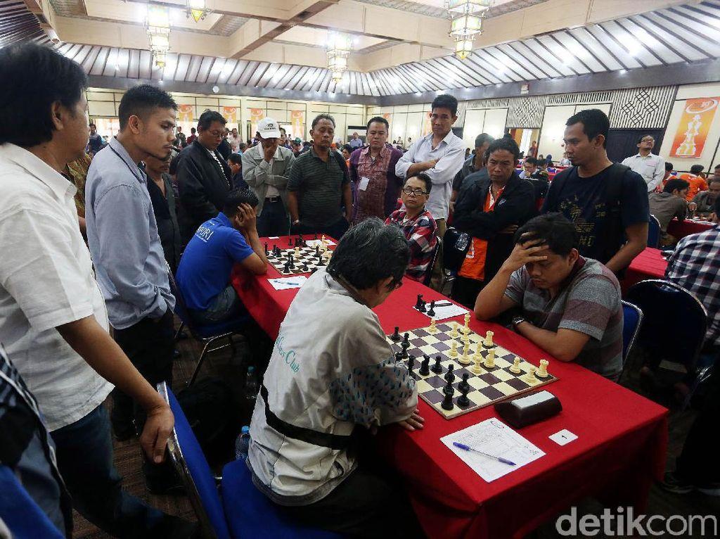 Grand Master (GM) Susanto Megaranto bertanding di turnamen catur Japfa Chess Festival 2017 yang digelar di Gedung Serba Guna, Senayan, Jakarta, Jumat (19/5/2017).