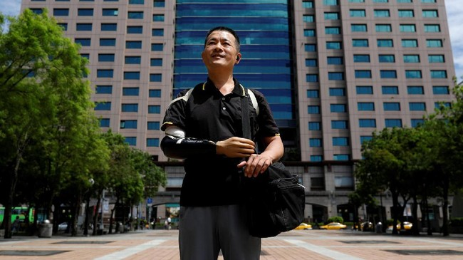Chang Hsien-Liang, seorang insinyur asal Taiwan yang berhasil membuat lengan bionik hasil cetakan 3D sendiri. Kecelakaan kerja membuatChang kehilangan lengan kanannya. (REUTERS/Tyrone Siu)
