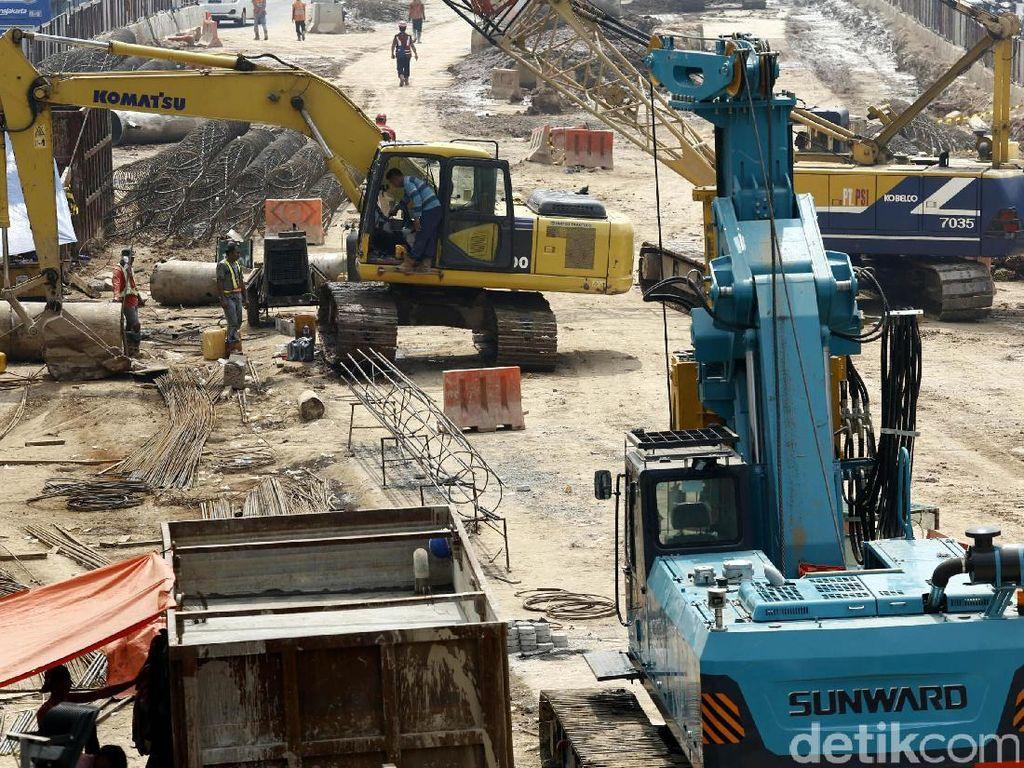 Pekerja melakukan pengerjaan proyek pembangunan underpass Mampang Prapatan-Kuningan, Jakarta, Jumat (19/5/2017).